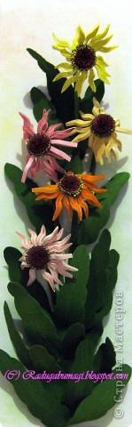 Хочу  Вам рассказать, как собиралась данная работа. Для цветка нам необходимы полоски 0,3 см (лепестки) и 0,7 см (серединка). Бумага зеленого цвета (для стеблей и листьев), проволока. И горячий пистолет. фото 6
