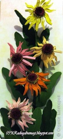 Хочу  Вам рассказать, как собиралась данная работа. Для цветка нам необходимы полоски 0,3 см (лепестки) и 0,7 см (серединка). Бумага зеленого цвета (для стеблей и листьев), проволока. И горячий пистолет. фото 5