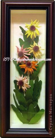 Хочу  Вам рассказать, как собиралась данная работа. Для цветка нам необходимы полоски 0,3 см (лепестки) и 0,7 см (серединка). Бумага зеленого цвета (для стеблей и листьев), проволока. И горячий пистолет. фото 7