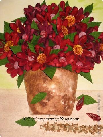 Эту работу я сделала подруге в подарок на Новый год и день рождения (она родилась 1 января). Моя подружка очень любит цветы, а так же сочетание красного и золотого цветов (её квартира в новогодние праздники именно в таких тонах всегда и украшена). Я решила дополнить её интерьер таким подарком, поместив работу в золотую раму. Новый год и день рождения пройдут, а ощущение праздника, я надеюсь, останется... фото 12