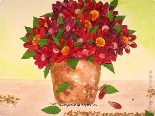 Эту работу я сделала подруге в подарок на Новый год и день рождения (она родилась 1 января). Моя подружка очень любит цветы, а так же сочетание красного и золотого цветов (её квартира в новогодние праздники именно в таких тонах всегда и украшена). Я решила дополнить её интерьер таким подарком, поместив работу в золотую раму. Новый год и день рождения пройдут, а ощущение праздника, я надеюсь, останется... фото 14