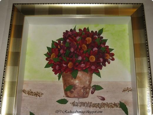 Эту работу я сделала подруге в подарок на Новый год и день рождения (она родилась 1 января). Моя подружка очень любит цветы, а так же сочетание красного и золотого цветов (её квартира в новогодние праздники именно в таких тонах всегда и украшена). Я решила дополнить её интерьер таким подарком, поместив работу в золотую раму. Новый год и день рождения пройдут, а ощущение праздника, я надеюсь, останется... фото 2