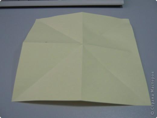 Перебирала дома запасы бумаги, смотрела, может докупить пора – нашла листик немного бракованный с точечкой какой-то. Хотела выкинуть, а потом подумала, что покажу ка я на нем как делать рождественские колокольчики. Где и когда научилась не помню, а  так может кому пригодится. Подсказали. Вот ссылка на сайт со схемой этого колокольчика  http://oriland.com/studio/diagram.asp?category=plants&model=bell&page=1&...  Автор Юрий Шумаков.  фото 3