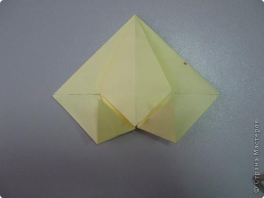 Перебирала дома запасы бумаги, смотрела, может докупить пора – нашла листик немного бракованный с точечкой какой-то. Хотела выкинуть, а потом подумала, что покажу ка я на нем как делать рождественские колокольчики. Где и когда научилась не помню, а  так может кому пригодится. Подсказали. Вот ссылка на сайт со схемой этого колокольчика  http://oriland.com/studio/diagram.asp?category=plants&model=bell&page=1&...  Автор Юрий Шумаков.  фото 23