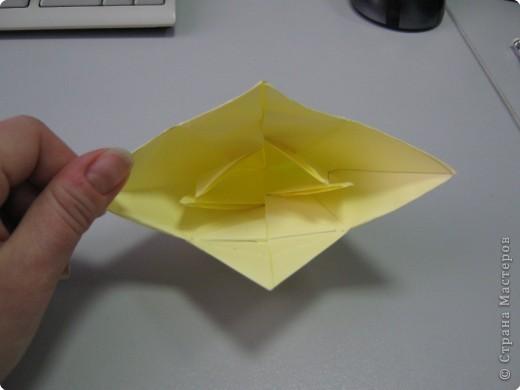 Перебирала дома запасы бумаги, смотрела, может докупить пора – нашла листик немного бракованный с точечкой какой-то. Хотела выкинуть, а потом подумала, что покажу ка я на нем как делать рождественские колокольчики. Где и когда научилась не помню, а  так может кому пригодится. Подсказали. Вот ссылка на сайт со схемой этого колокольчика  http://oriland.com/studio/diagram.asp?category=plants&model=bell&page=1&...  Автор Юрий Шумаков.  фото 26