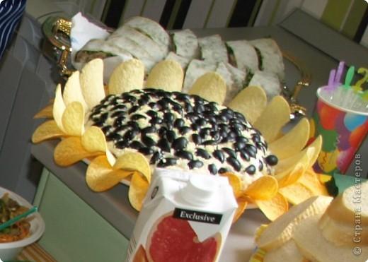 """200гр отварной куриной грудки 200гр жареных шампиньонов 3 вареных яйца 100гр сыра 3 желтка маслины без косточек чипсы """"Принглс""""  Салат укладывать слоями, каждый слой промазывая майонезом. Грудка, шампиньоны,яйца тертые на крупной терке, сыр, тертый на кр. терке., желтки, раздавленные вилкой (чуть-чуть оставить на потом) Этот слой майонезом не мазать!  Маслины разрезаем на 4 части, укладываем на желток.Убираем в холодильник на 12 часов, перед подачей разложить чипсы и посыпать на серединку остатки желтка (пыльца)"""