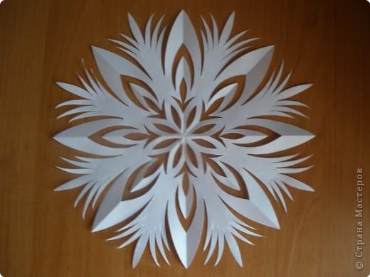 Такие снежинки можно использовать несколько лет. Я наклеиваю их на окна мылом и они легко снимаются и не рвутся )))) фото 7