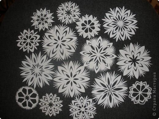 Такие снежинки можно использовать несколько лет. Я наклеиваю их на окна мылом и они легко снимаются и не рвутся )))) фото 12