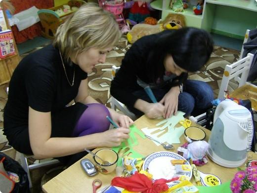 Такую ёлочку подарили родители и воспитатели деткам в младшей группе на Новый Год. фото 2