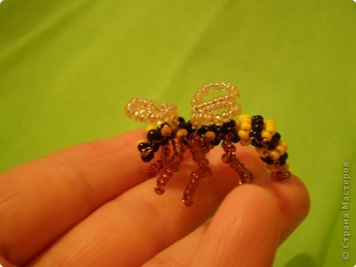 Вот такую пчёлку (хотя возможно она больше похожа на осу) можно сделать из проволки и бисера. фото 1