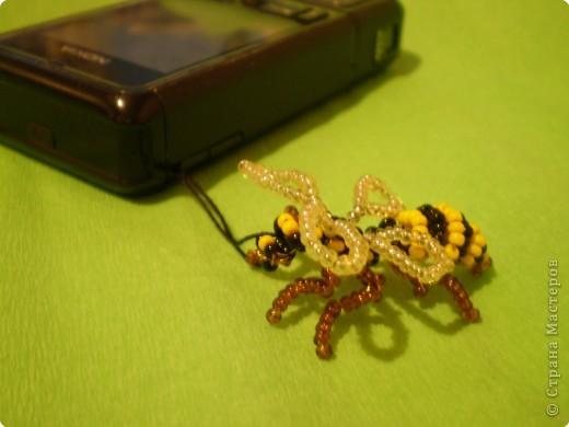 Вот такую пчёлку (хотя возможно она больше похожа на осу) можно сделать из проволки и бисера. фото 2
