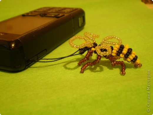 Вот такую пчёлку (хотя возможно она больше похожа на осу) можно сделать из проволки и бисера. фото 3