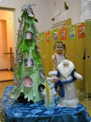 Такую ёлочку подарили родители и воспитатели деткам в младшей группе на Новый Год. фото 1