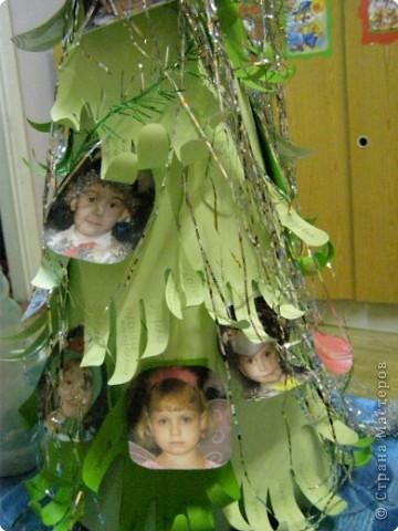 Такую ёлочку подарили родители и воспитатели деткам в младшей группе на Новый Год. фото 3