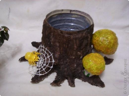 Кашпо под цветы в виде веселого пенька сделано в технике папье-маше из бумажной массы. фото 7