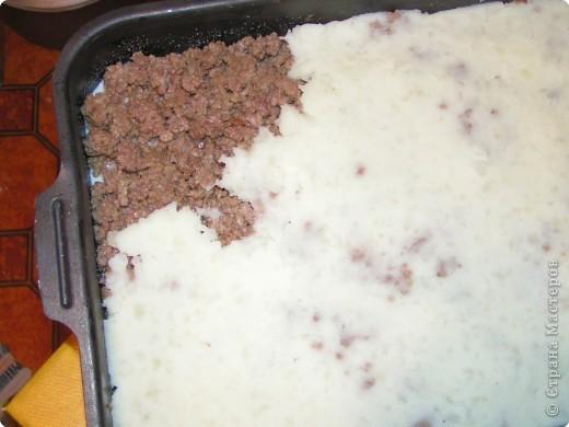Фарш 800 грамм, 1 луковица, соль,  Картофелин на нижний и вехрзний слой штук 10 средних , Заливка (1 стакан молока, 1 яйцо). фото 8