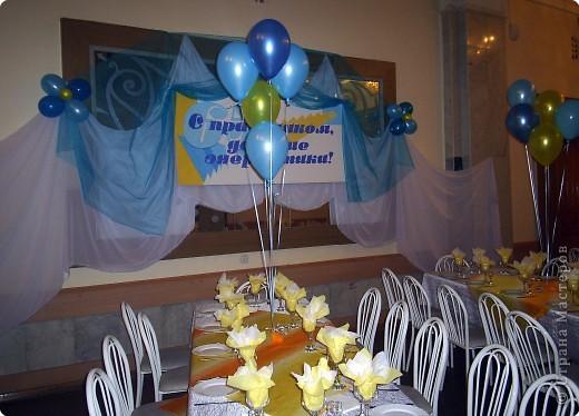 Вот так вот с помощью воздушных шаров и драпировок я оформляла фойе ДК к мероприятию))) фото 3