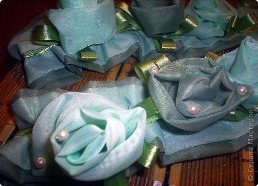 Вот такие подхваты для штор получились из остатка ткани. Плюс атласная ленточка и бусины. фото 3