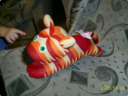 Вот это мой носочный тигр, хотя мои домашние считают что на ослика он похож больше)))) фото 2