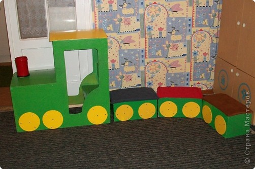 Этот паровоз сделал мой муж для 1-ой младшей группы. Детям очень нравится играть на этом паровозе. На нем мы ездим в различные путешествия. фото 1