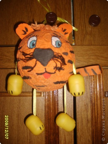За выходные сделался тигруля. В школе попросили принести символ года . В основном принесли рисунки и мягкие игрушки. Ну , а мы как всегда , отличились.   Шарик из папье-маше, ленточки, футляры от киндеров . За 1 час наш тигруля и готов. фото 1