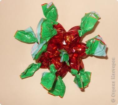 Шарик из пенопласта (или пластмассы)  - основа сладкого шарика.  закрепляем по кругу конфетки. В данном случае - 7 штук. фото 3
