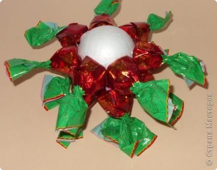 Шарик из пенопласта (или пластмассы)  - основа сладкого шарика.  закрепляем по кругу конфетки. В данном случае - 7 штук. фото 4