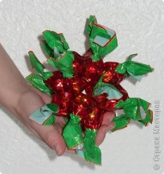 Шарик из пенопласта (или пластмассы)  - основа сладкого шарика.  закрепляем по кругу конфетки. В данном случае - 7 штук. фото 5