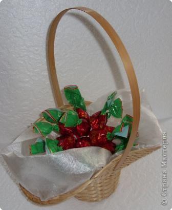 Шарик из пенопласта (или пластмассы)  - основа сладкого шарика.  закрепляем по кругу конфетки. В данном случае - 7 штук. фото 6