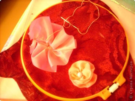 1).Ширина ленты зависит от вашего желания: какой размером желаете сделать цветок (большой, средний...) 2).Длина 25 - 35 см. 3).Подбор ткани для основы по качеству и цвету - это тоже ваше желание. На первом фото показан срезанный край ленты, чтобы удобно было вставлять в иглу. фото 6