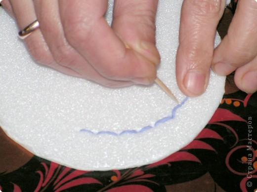 Хочу познакомить вас с новым видом торцевания, я его назвала вышивание по пенопласту салфетками с помощью зубочисток.Нам нужны разноцветные бумажные салфетки (из них я нарезала полоски по 1,5 см и квадратики 3 на 3 см); зубочистки (их нужно много, так как они часто ломаются и тупятся), пенопласт ( подойдёт потолочная плитка или упаковка для продуктов); ножницы. Вместо салфеток можно использовать нитки, лоскутки ткани.  фото 3