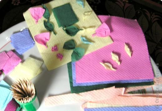 Хочу познакомить вас с новым видом торцевания, я его назвала вышивание по пенопласту салфетками с помощью зубочисток.Нам нужны разноцветные бумажные салфетки (из них я нарезала полоски по 1,5 см и квадратики 3 на 3 см); зубочистки (их нужно много, так как они часто ломаются и тупятся), пенопласт ( подойдёт потолочная плитка или упаковка для продуктов); ножницы. Вместо салфеток можно использовать нитки, лоскутки ткани.  фото 5