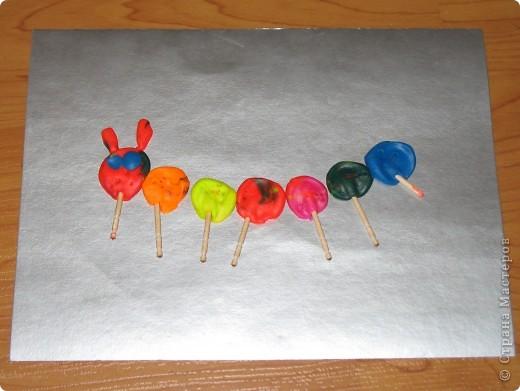 Гусеничка. Катали шарики, потом их расплющивали пальчиками, вставляли ножки-зубочистки фото 1