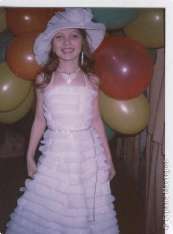 Это платье сшито из сеточек, которыми упаковывают фрукты. Катя учавствовала в нем на фесивале авангардной моды, а потом оно пригодилось и на Новый год.