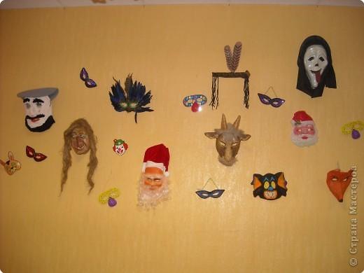 Выставка новогодних масок-как оформление к празднику.