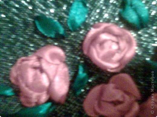 Вышиты розочки атласными лентами и украшены сеткой для цветов. фото 2