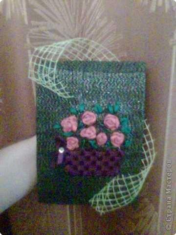 Вышиты розочки атласными лентами и украшены сеткой для цветов. фото 1