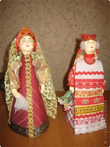 """Куклы являются наглядным пособием к уроку изобразительного искусства по теме: """"Народная праздничная одежда"""". Основа куклы- конус, голова слеплена из глины и раскрашена, костюм - ткань, тесьма. фото 1"""