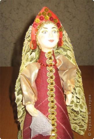 """Куклы являются наглядным пособием к уроку изобразительного искусства по теме: """"Народная праздничная одежда"""". Основа куклы- конус, голова слеплена из глины и раскрашена, костюм - ткань, тесьма. фото 3"""