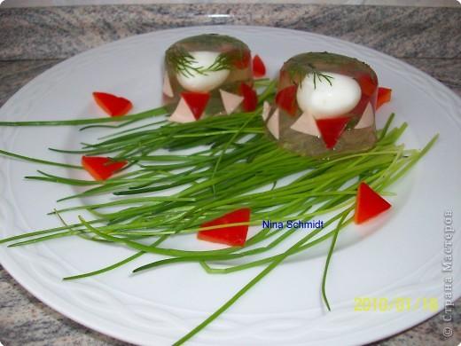 500гр. минеральной воды  30 гр. желатина 10 перепелиных яиц 5 ст. ложек коньяка несколько ломтиков паприки и ветчины соль,зелень по вкусу  фото 2