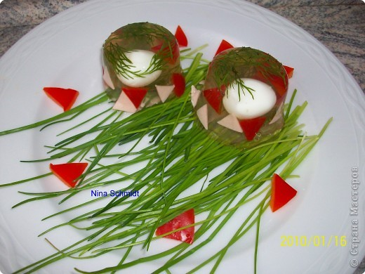 500гр. минеральной воды  30 гр. желатина 10 перепелиных яиц 5 ст. ложек коньяка несколько ломтиков паприки и ветчины соль,зелень по вкусу  фото 1
