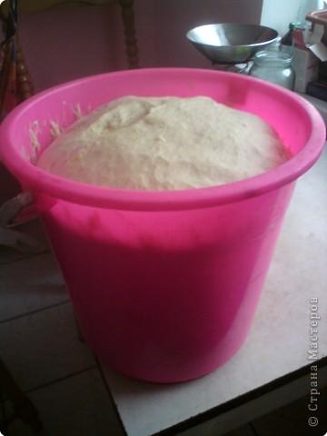 Вот такие калачи я испекла на Рождество. Продукты:  1 литр жидкости (молоко, вода или их смесь)  дрожжи - 100- 120 г, сахар 400- 500г,  масло - 200г ( растопить), я использую маргарин  соль - 2 ч.ложки,  4 яйца ( комнатной температуры),  мука - 2-2,5 кг обязательно  1ч.ложка соды!!!!  фото 3