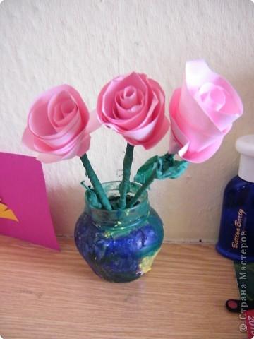 И вазочку он сам сделал, раскрасил банку акриловыми красками