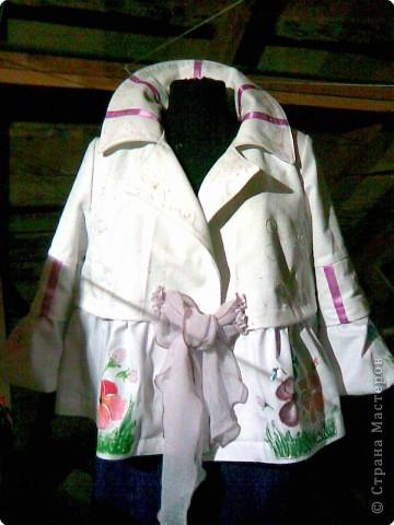 Куртка из кусков джинсовой ткани и украшена рисунками по ткани. фото 1