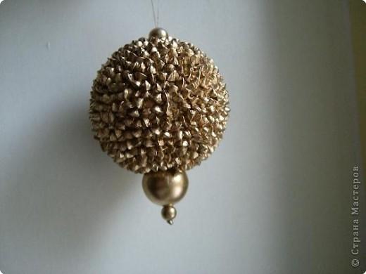Игрушка на ёлку - на пенопластовый шарик наклеить гречневую крупу (ПВА) и покрасить золотой краской.