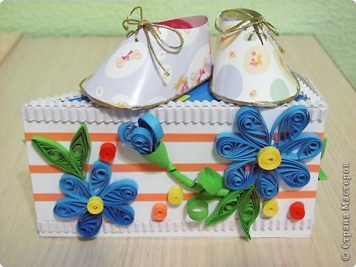 Хочу поделится очень хорошей идеей торта. Идея не моя и автора я не знаю. Такие бумажные тортики часто делают на свадьбу и на день рождение.  Этот торт из бумаги, он же - упаковка для подарков. Делается легко и быстро, и может быть любого размера и состоять из нескольких ярусов.  Такой торт очень хорош для любого праздника и просто если вы хотите сделать подарки своим друзьям, близким и знакомым. Даже не очень большие подарочки станут в такой упаковке запоминающимися. фото 12