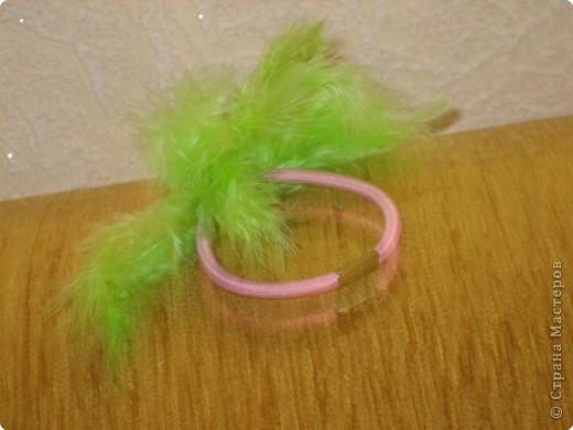Резиночка с перьями фото 2