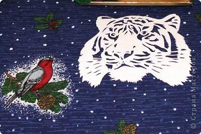 Символ года вырезанный из белого листа хорошо смотрится на темной скатерти, когда еще стол не накрыт. фото 1