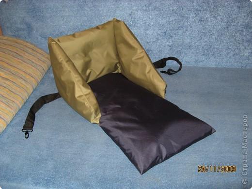 Сиденье сшито из плащевки болотного и темно-синего цвета,внутри синтепон, и пришила ремень от старой сумки,чтобы крепить сиденье к санкам. фото 1