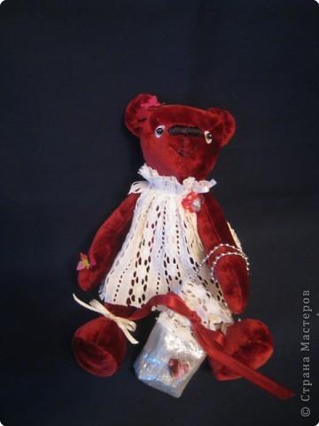 маленький медведик 15 см ростом из винтажного плюша; наполнитель - синтепух, лапки на нитяных шарнирах, двигаются. Платьице из винтажного кружевного полотна, сумочка - из парчи. на голове и лапке - бабочки-пайетки, глазки - пайетка+бусинка, носик вышит вощеными нитками. фото 1
